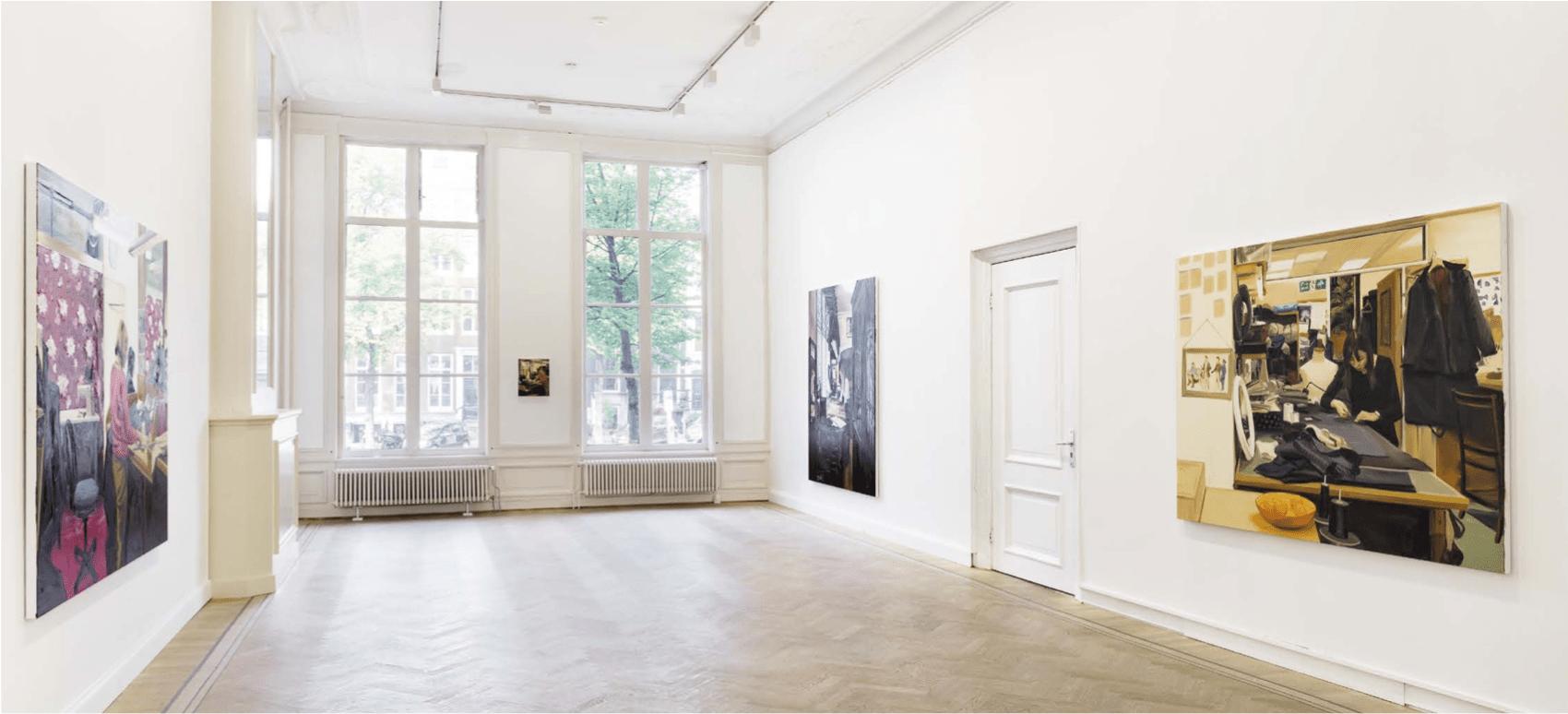 Caroline Walker, A Woman Sewing, 2019, Grimm Keizersgracht (foto: Sonia Mangiapane)